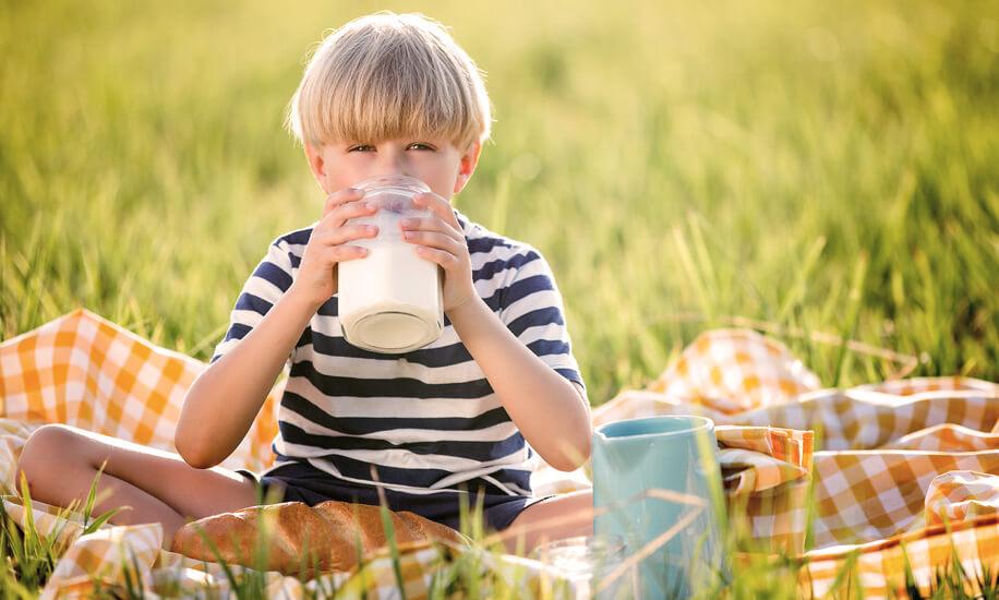 Dete pije mleko