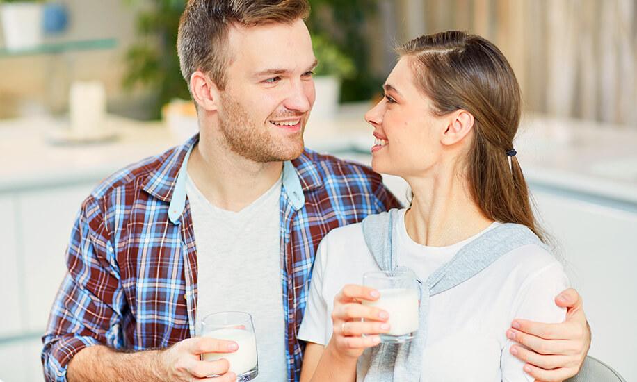 Muž i žena piju mleko